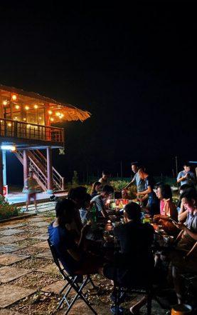 Lửa trại quây quần vào buổi tối
